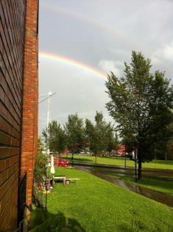 Regenboog achter huis
